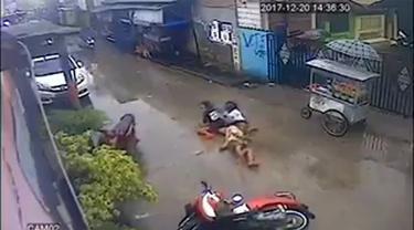 Sebuah rekaman menunjukkan tiga orang bocah putri mengendarai sepeda motor. Dalam keadaan kencang, motornya 'nyungsep' di sebuah tikungan.
