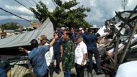 Presiden Joko Widodo (Jokowi) meninjau lokasi gempa di Perumahan Balaroa, Palu, pada Minggu (30/9/2018). (Septian Deny/Liputan6.com)