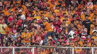 Suporter Persija, The Jakmania manari untuk memberi dukungan kepada tim kesayangan mereka saat menghadapi Persib dalam laga pekan kedelapan Shopee Liga 1 2019 di SUGBK, Jakarta, Rabu (10/7/2019). Pendukung Persib, Bobotoh, dilarang datang ke SUGBK. (Liputan6.com/Faizal Fanani)