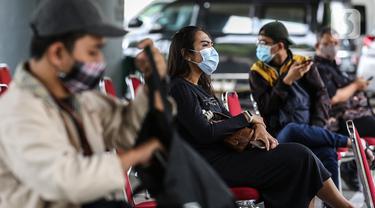 Seorang wanita menunggu untuk mengikuti rapid test antigen di Stasiun Gambir, Jakarta, Rabu (23/12/2020). Dari Kemarin Selasa (22/12/2020) Sampai sekarang tercatat Seribuan calon penumpang mengikuti rapid test tersebut. (Liputan6.com/Johan Tallo)