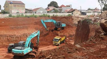 Alat berat mengeksekusi lahan dan bangunan milik  warga yang terkena proyek Jalan Tol Cinere-Jagorawi (Cijago) di Baktijaya, Sukmajaya, Depok, Jawa Barat, Selasa (11/12). Sebanyak 30 rumah dieksekusi dalam proyek ini. (Liputan6.com/Immanuel Antonius)