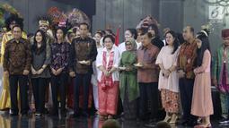 Ketua Umum PDIP Megawati Soekarnoputri pada HUT ke-72 foto bersama dengan keluarga besar didampingi Presiden Joko Widodo dan Wapres Jusuf Kalla serta istri di Grand Sahid Jakarta, Rabu (23/1). (Liputan6.com/Angga Yuniar)