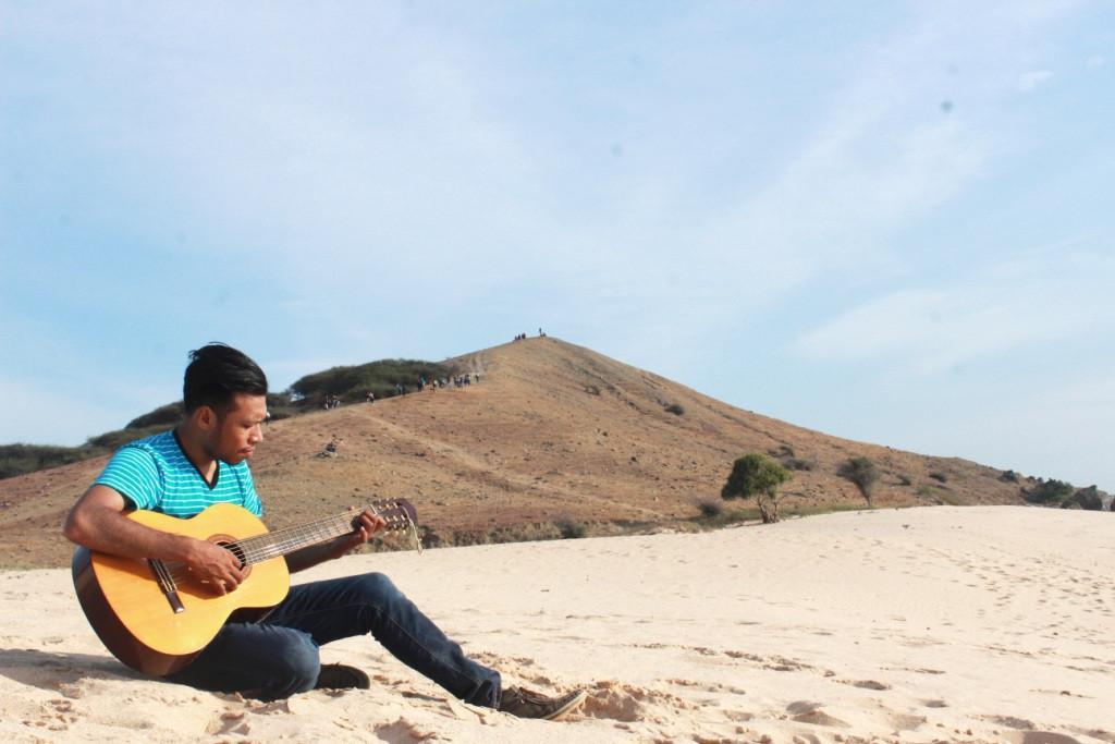 Pantai Buan Liman menawarkan pemandangan pasir putih yang bersih bak pantai perawan dikelilingi bukit kecil. (Liputan6.com/Ola Keda)