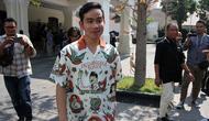 Putra Presiden Jokowi, Gibran Rakabuming Raka mengenakan kemeja batik bermotif pahlawan nasional.(Liputan6.com/Fajar Abrori)