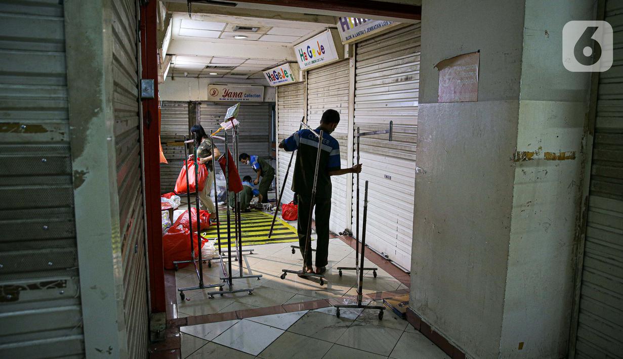 Pedagang merapikan dagangan sebelum menutup tokonya di Pasar Tanah Abang, Jakarta Pusat, Selasa (11/6/2021). Pasar Tanah Abang akan tutup sementara pada 12 hingga 18 Mei mendatang guna menyambut libur lebaran dan perawatan rutin. (Liputan6.com/Faizal Fanani)