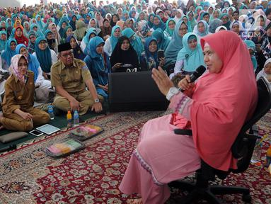Pendakwah Dedeh Rosidah atau yang lebih dikenal Mamah Dede memberikan Tausyiah mengenai musibah di Indonesia di Masjid al i'tisom, Ciputat, Senin (15/10). Tausiah ini dihadiri ribuan jamaah dari berbagai daerah. (Merdeka.com/Arie Basuki)