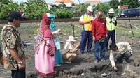 Tim ITS Tim  bersama Dinas Lingkungan Hidup (DLH) Kota Surabaya kunjungi lahan berasap di kawasan Stasiun Lokomotif Dipo Sidotopo, Surabaya, Jawa Timur. (Foto: Liputan6.com/Dian Kurniawan)