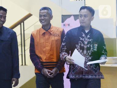 Mantan Komisioner KPU, Wahyu Setiawan (tengah) tersenyum usai menjalani pemeriksaan  penyidik di Gedung KPK, Jakarta, Selasa, (21/1/2020). Wahyu Setiawan diperiksa sebagai tersangka terkait kasus dugaan penerimaan hadiah atau janji penetapan anggota DPR Terpilih 2019-2024. (merdeka.com/Dwi Narwoko)