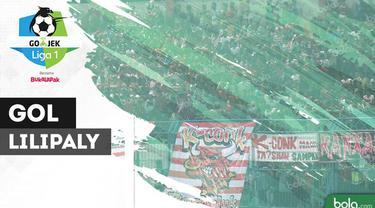 Berita video momen gol sensasional gelandang Bali United, Stefano Lilipaly, ke gawang Madura United. Bola tendangan Lilipaly tersebut tampak seolah menembus jala gawang lawan.