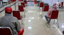 """Pendonor sukarela menunggu  mendonorkan darahnya melalui UTD PMI DKI, Jakarta, Kamis (30/4/2020). PMI menyatakan selama penerapan """"physical distance"""" untuk menekan penyebaran COVID-19, jumlah pendonor sukarela berkisar 100 sampai 200 orang per hari atau turun 90 persen. (Liputan6.com/Faizal Fanani)"""