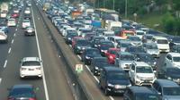Kepadatan kendaraan pemudik jelang akses masuk rest area KM 33, KM 39, KM 50, dan KM 57, serta jalan menyempit di KM 37+500. (Liputan6.com/Abramena)