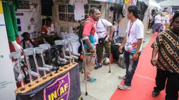 Tongkat alat bantu jalan dipamerkan pada acara puncak peringatan Hari Disabilitas Internasional 2019 di Plaza Barat Gelora Bung Karno, Jakarta, Selasa (3/12/2019). Acara ini berlangsung pada tanggal 2-3 Desember 2019. (Liputan6.com/Faizal Fanani)
