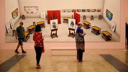 "Pengunjung melihat karya seniman Inggris David Hockney yang berjdudul ""James Tockies, Six and A Half Stools, Six Portraits, Six and Two Half Platess, Two Twings Paintings, dan Two Twits"" di Pameran Musim Panas ke-250, London (5/6).(AP/Matt Dunham)"
