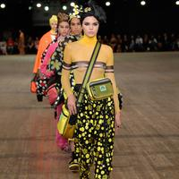 Model cantik, Kendall Jenner berjalan di catwalk menampilkan koleksi Marc Jacobs Spring/Summer 2018 selama New York Fashion Week, Rabu (13/9). Kendall Jenner memakai atasan ketat turtleneck warna kuning transparan. (SLAVEN VLASIC/GETTY IMAGES/AFP)