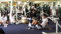 Pemain Persib Bandung saat menjalani latihan fisik di Universe Fitnes, Jalan Manado, Bandung, Kamis (17/1/2019). (Bola.com/Erwin Snaz)