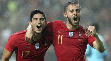 Striker Portugal, Goncalo Guedes bersama Bernardo Silva melakukan selebrasi bersama usai mencetak gol ke gawang Aljazair pada laga uji coba  di Estadio da Luz, Jumat (8/6/2018). Portugal menang 3-0 atas Aljazair. (AP/Armando Franca)