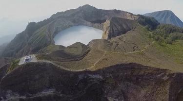 Danau Kelimutu yang memiliki tiga warna menjadi daya tarik wisata turis mancanegara untuk datang ke Nusa Tenggara Timur.