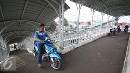 Sejumlah pengendara motor berada di jembatan penyeberangan orang (JPO) di kawasan Pasar Minggu, Jakarta, Selasa (6/9). Perilaku buruk pemotor tersebut juga membahayakan keselamatan diri sendiri serta pejalan kaki. (Liputan6.com/Immanuel Antonius)