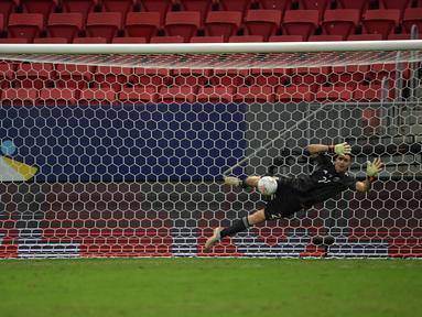 Emiliano Martinez menjadi pahlawan dengan memblok bola hasil tendangan tiga eksekutor penalti Kolombia yakni Davinson Sanchez, Yerry Mina, dan Edwin Cardona. (Foto: AFP/Nelson Almeida)