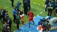 Cristiano Ronaldo mengekspresikan kekesalannya saat timnas Portugal ditahan imbang 1-1 oleh Islandia, Selasa (14/6/2016). (AFP)