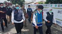 Gubernur Provinsi Jawa Timur Khofifah Indar Parawansa melakukan kunjungan ke lokasi longsor di Jalan Tol Surabaya-Gempol KM 06+200 A (Liputan6.com.Dian Kurniawan)