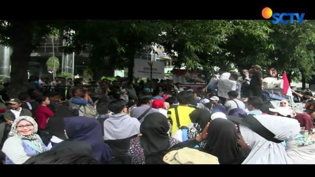 Dalam aksi ini, para pengunjuk rasa mempertanyakan laporan akhir hasil pemeriksaan (LAHP) penataan PKL di Jatibaru yang dibuat pihak Ombudsman.