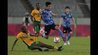 Takefusa Kubo menjadi kunci kemenangan Jepang saat berhadapan dengan Afrika Selatan. Lionel Messi dari Jepang tersebut menjadi pahlawan kemenangan The Samurai Blue berkat golnya di menit 70. Gol ini cukup memastikan Jepang meraih tiga poin di pertandingan pertama mereka. (Foto: AP/Shuji Kajiyama)