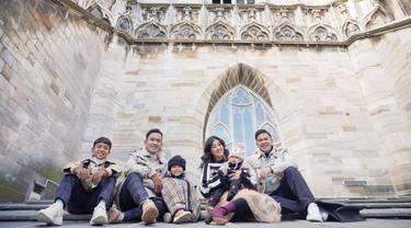 Keluarga Ruben Onsu pun terlihat sangat menikmati waktu berlibur di Italia. Penampilan mereka pun berhasil mencuri perhatian netizen. (Liputan6.com/IG/@ruben_onsu)