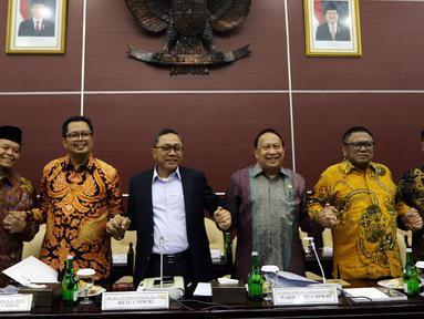 Ketua MPR Zulkifli Hasan (ketiga kiri) saling bergandengan tangan dengan para wakil MPR sebelum menggelar rapat gabungan pimpinan MPR dengan pimpinan fraksi-fraksi dan pimpinan kelompok DPD MPR RI di Kompleks Parlemen, Senayan, Jakarta, Rabu (24/7/2019). (Liputan6.com/Johan Tallo)