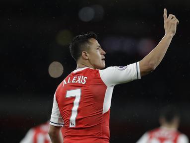 Alexis Sanchez merayakan golnya ke gawang Sunderland pada lanjutan Premier League di Emirates Stadium, London, (16/5/2017). Arsenal menang 2-0. (AP/Matt Dunham)