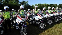 Petugas kepolisian lalulintas bersiap saat gelar pasukan pengamanan kunjungan Raja Arab Saudi Salman bin Abdulaziz al-Saud di Nusa Dua, Bali, (3/3). Raja Salman akan berlibur di Bali tanggal 4 sampai 9 Maret. (AFP Photo / Sonny Tumbelaka)