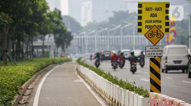 Jalur khusus sepeda yang telah diberikan pembatas jalur permanen di kawasan Sudirman, Jakarta, Kamis (17/6/2021). Kapolri Jenderal Listyo Sigit Prabowo akan membongkar jalur sepeda di Jalan Sudirman - Jalan Thamrin dan mempelajari jalur khusus sepeda di negara lain. (Liputan6.com/Faizal Fanani)