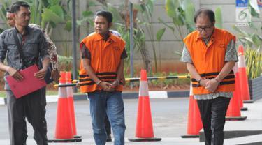 Dirut PT Sumber Swarnanusa Joe Fandy Yoesman (kanan) dan anggota DPRD Provinsi Jambi Muhammadiyah (kiri) akan menjalani pemeriksaan perdana pasca penahanan di Gedung KPK, Jakarta, Senin (5/8/2019). (merdeka.com/Dwi Narwoko)