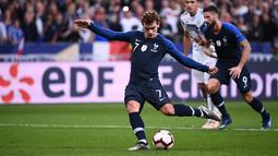 Penyerang Prancis, Antoine Griezmann menendang penalti saat menghadapi Jerman pada laga UEFA Nations League di Stadion Stade de France, Paris, Selasa (16/10). Dua gol Griezmann membawa Prancis menaklukkan Jerman 2-1. (FRANCK FIFE/AFP)