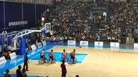 Penonton memenuhi Hall Basket GBK menyaksikan laga basket kursi roda Asian Para Games 2018 Indonesia vs Tiongkok, Selasa (9/10).