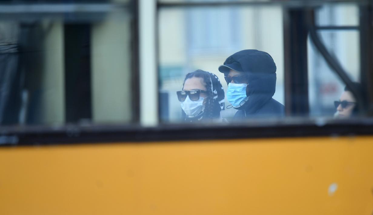 Sejumlah orang mengenakan masker di Milan, Italia (26/2/2020). Sebanyak 400 orang telah dinyatakan positif COVID-19 di Italia hingga Rabu (26/2) malam. Pemerintah menutup 11 kota, 10 di Lombardia dan satu di Veneto, dalam upaya mengendalikan epidemi. (Xinhua/Daniele Mascolo)