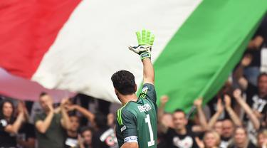 Kiper Juventus, Gianluigi Buffon, menyapa suporter usai melawan Verona pada laga Serie A Italia di Stadion Allianz, Turin, Sabtu (19/5/2018). Laga ini menjadi yang terakhir bagi Buffon setelah 17 tahun membela Juventus. (AFP/Marco Bertorello)