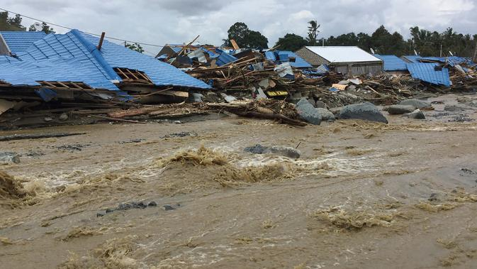 Rumah-rumah yang rusak akibat banjir bandang di Sentani, Kabupaten Jayapura, Papua, Minggu (17/3/2019). Berdasarkan data BNPB, banjir bandang yang terjadi pada Sabtu (16/3) tersebut mengakibatkan lebih dari 60 orang tewas. (Netty Dharma Somba / AFP)