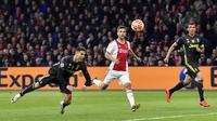 Striker Juventus, Cristiano Ronaldo, mencetak gol dengan tandukan kepala ke gawang Ajax Amsterdam pada laga Liga Champions di Stadion Johan Cruyff, Rabu (10/4). Kedua tim bermain imbang 1-1. (AP/Martin Meissner)