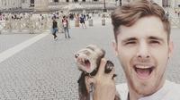 Charles Hammerton saat berlibur bersama musangnya di Vatikan. (dok. Instagram @charleshammertoninspire/https://www.instagram.com/p/BkLOp1JBumS//Tri Ayu Lutfiani)