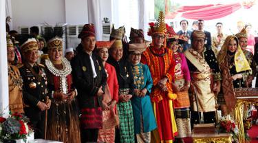 Presiden Joko Widodo foto bersama dengan para pemenang hadiah sepeda yang di nilai dari pakaian adat terlengkap usai peringatan HUT RI ke 72 di Istana Merdeka, Jakarta, Kamis (17/8). (Liputan6.com/Pool)