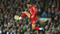 Bek Liverpool, Joe Gomez, mengontrol bola saat melawan Tottenham Hotspur pada laga Premier League 2019 di Stadion Anfield, Minggu (27/10). Liverpool menang 2-1 atas Tottenham Hotspur. (AP/Jon Super)