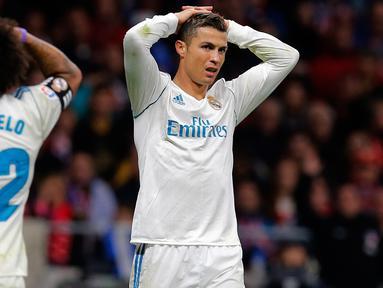 Reaksi pemain Real Madrid, Cristiano Ronaldo dan Marcelo selama pertandingan pekan ke-12 Divisi Primera La Liga Spanyol kontra Atletico Madrid di Stadion Wanda Metropolitano, Sabtu (18/11). Laga Derbi Madrid itu berakhir imbang tanpa gol. (AP/Paul White)