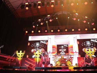 Aksi grup musik Judas Priest saat konser perdana di Indonesia di Allianz Eco Park Ancol, Jakarta Utara (7/12). Kerinduan metalhead Indonesia lesap setelah band heavy metal asal Inggris berdiri gagah di atas panggung megah. (Fimela.com/Bambang E. Ros)
