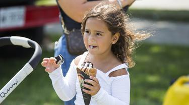Seorang anak perempuan menikmati es krimnya saat Festival Es Krim Toronto di Toronto, Kanada, Sabtu (15/8/2020). Festival Es Krim Toronto diadakan pada 15-16 Agustus 2020 di tengah pandemi COVID-19. (Xinhua/Zou Zheng)