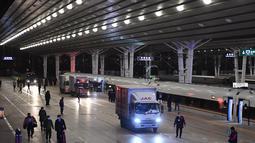 Para pekerja memasukkan paket ke kereta peluru Fuxing di Stasiun Kereta Barat Beijing di Beijing, ibu kota China (1/11/2020). Layanan khusus diluncurkan untuk mengatasi lonjakan pesanan belanja pada momen pesta belanja daring tahunan pada 11 November mendatang. (Xinhua/Zhang Chenlin)