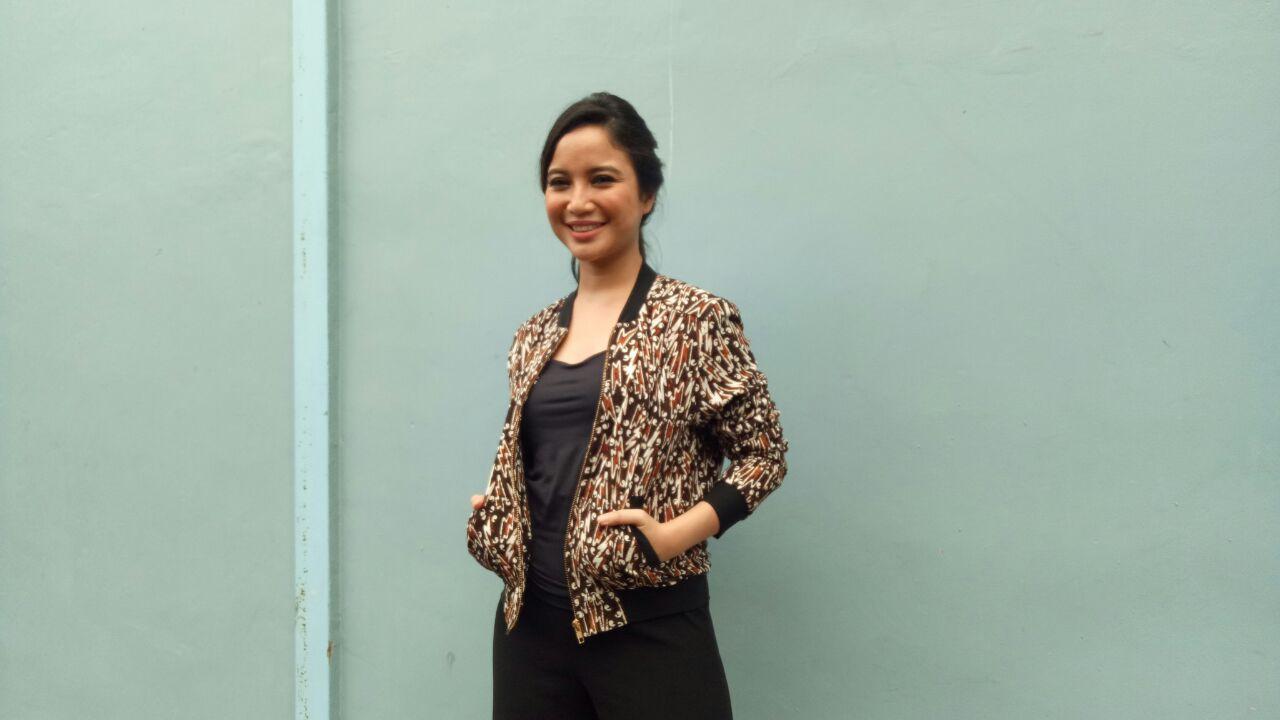 Chacha Frederica antusias menggunakan batik sebagai warisan budaya bangsa.