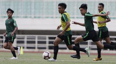 Pemain Timnas Indonesia U-19, David Maulana, menggiring bola saat latihan di Stadion Pakansari, Bogor, Senin (30/9). Latihan ini merupakan persiapan jelang Piala AFF U-19 di Vietnam. (Bola.com/Vitalis Yogi Trisna)