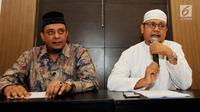 Ketum GNPF-Ulama, Yusuf Muhammad Martak (kiri) dan Anggota GNPF ustad Edy Mulyana memberikan keterangan menepis isu kepemilikan saham Lapindo di Jakarta, Senin (24/9). (Merdeka.com/Dwi Narwoko)