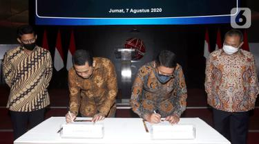 Founder KAHMIPreneur yang juga Anggota DPR Komisi XI Kamrussamad (dua kiri) dan Dirut Bursa Efek Indonesia (BEI) Inarno Djajadi (kanan) saat penandatanganan kerja sama dalam rangka Membangun Ekonomi Anak Muda Melalui Pasar Modal di Gedung BEI, Jakarta, Jumat (7/8/2020). (Liputan6.com/Fery Pradolo)